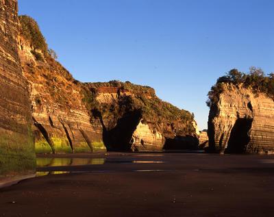 Tongaporutu Coastline - Elephant Rock from Gibbs' Beach, 8 July 2001