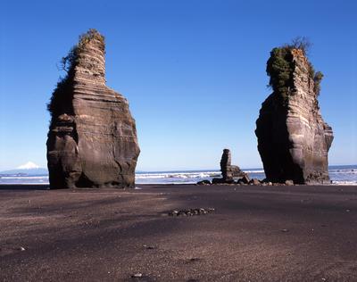 Tongaporutu Coastline - the Three Sisters, 13 July 2003