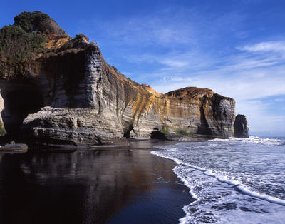 Tongaporutu Coastline - cliff sequencing, bay before Gibbs' Fishing Point, 13 August 2003