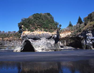 Tongaporutu Coastline - cliff sequencing, petrel rock on Rapanui Beach, 26 October 2003