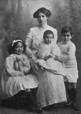 Lady Miria Woodbine Pomare and children